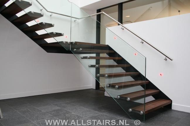 zwevende trap met glazen balustrade te Dieren P32